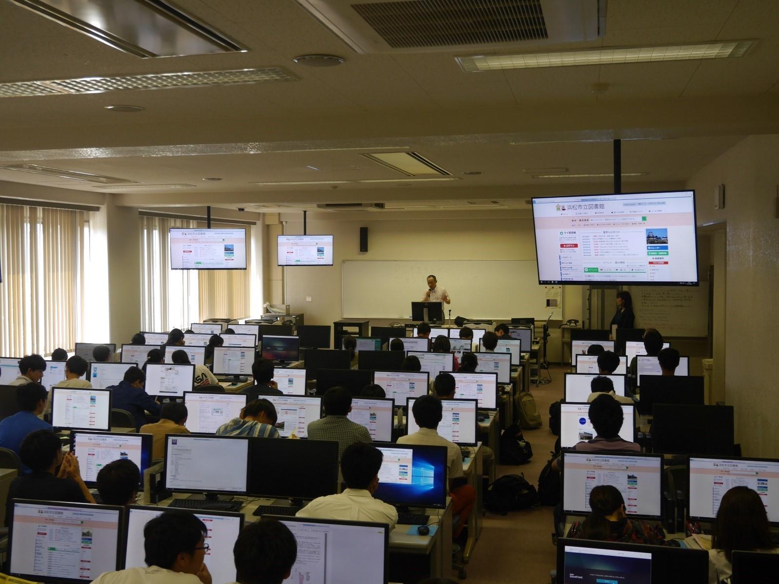 浜松市立図書館職員による電子図書の利用説明