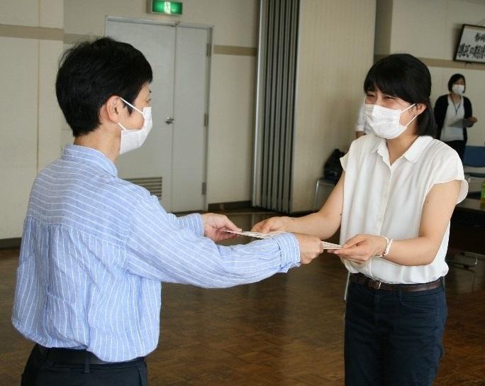 静岡県警少年課長より感謝状を受け取る小島さん