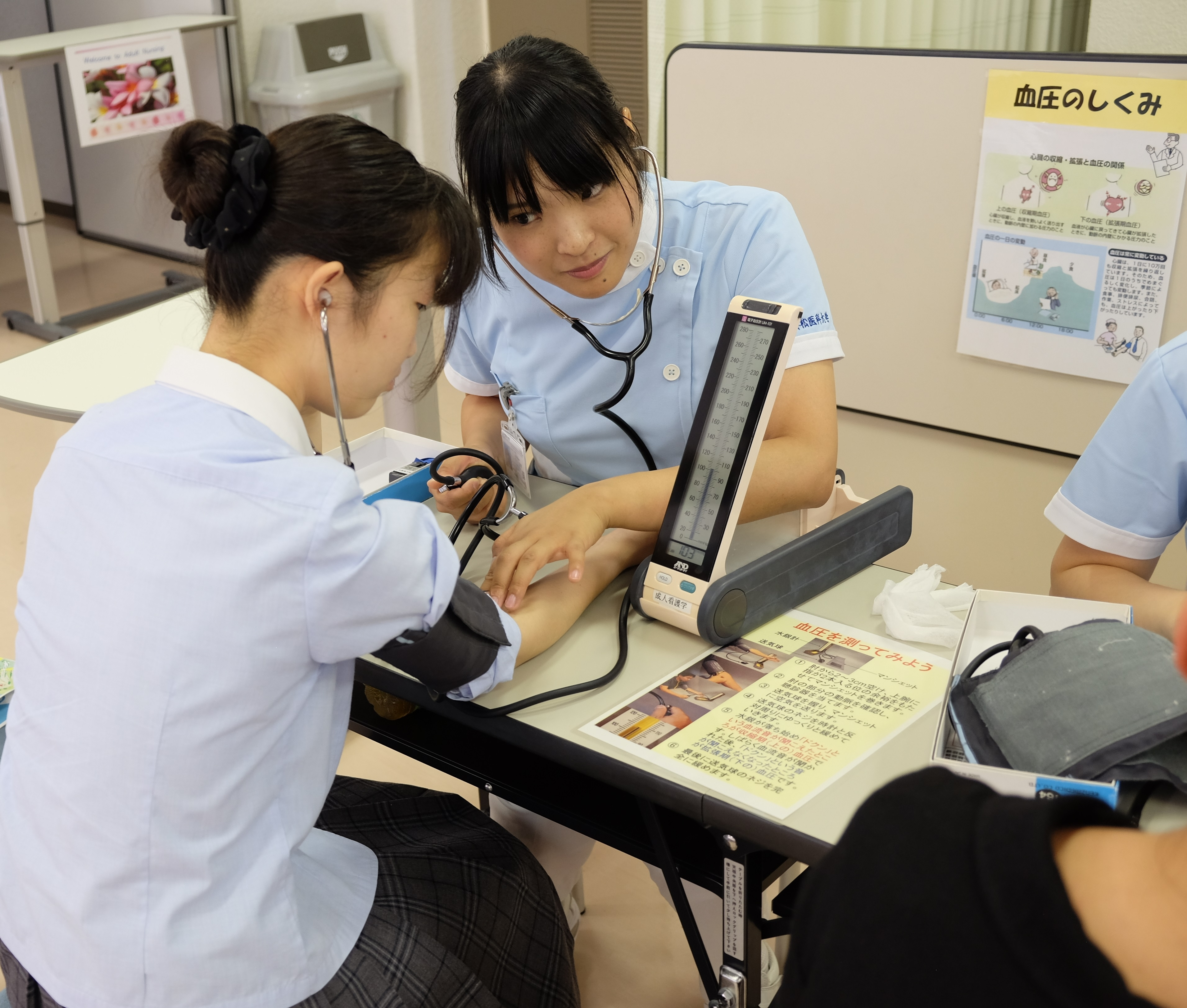 実習室見学の様子(看護学科)